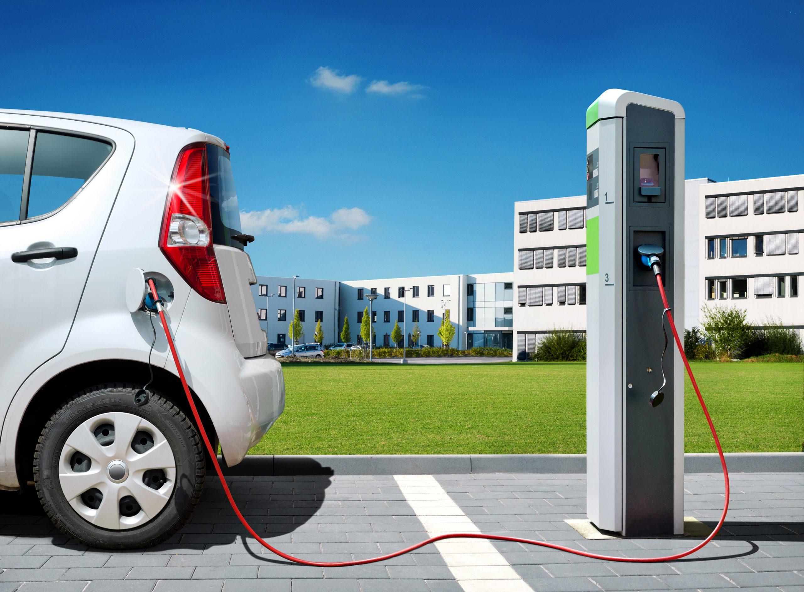 Come si ricaricano le auto elettriche a casa e in città